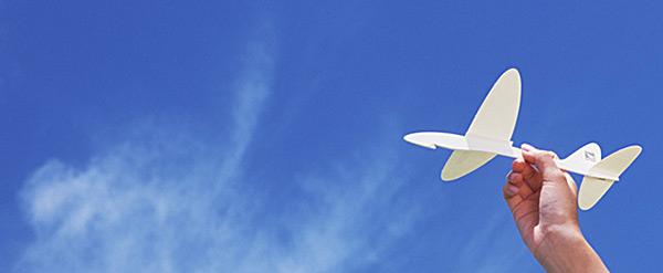今飛ばされようとする紙飛行機